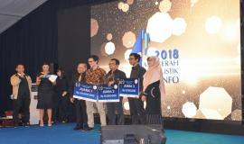 Plt. Direktur Pengendalian Nurhaedah foto bersama pemenang salah satu kategori dalam kegiatan Anugerah Jurnalistik Kominfo 2018 (28/11).