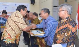 Penyerahan piagam penghargaan kepada para purnabakti oleh Plt. Sekretaris Jenderal Kemkominfo Ismail pada acara Pelepasan Purnabakti Kominfo (30/11).