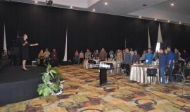 Petugas Drijen bersama Peserta undangan Konsultasi Publik Pengendalian IMEI Perangkat Telekomunikasi dalam rangka perlindungan konsumen  berdiri menyanyikan lagu Indonesia Raya 29/11 2018