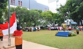 Inspektur dan para peserta upacara melakukan penghormatan kepada bendera Sang Saka Merah Putih pada Upacara Bendera Peringatan Hari Ibu (26/12).