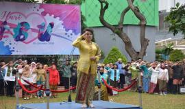 Dirjen Informasi dan Komunikasi Publik Rosarita Niken Widiastuti bertindak sebagai Inspektur upacara pada Upacara Bendera Peringatan Hari Ibu (26/12).