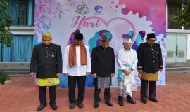 Dirjen SDPPI Ismail bersama para Pejabat Eselon I di lingkungan Kemenkominfo mengheningkan cipta dalam rangka menghormati jasa para pahlawan pada Upacara Bendera Peringatan Hari Ibu (26/12).