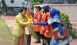 Dirjen Informasi dan Komunikasi Publik Rosarita Niken Widiastuti selaku Inspektur upacara memberikan selamat kepada para petugas upacara yang telah melakukan tugasnya dengan baik pada Upacara Bendera Peringatan Hari Ibu (26/12).