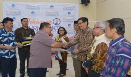 Penyerahan Tunjangan Hari Tua dan uang pensiun oleh Mashud dari Divisi Layanan dan Pemasaran PT Taspen Kantor Cabang Utama Jakarta pada acara Pelepasan Purnabakti Kominfo (28/12).