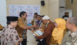 Penyerahan piagam penghargaan kepada para purnabakti oleh Plt. Sekretaris Jenderal Kemkominfo Ismail dan didampingi oleh Kepala Balitbang SDM Kemkominfo Basuki Yusuf Iskandar pada acara Pelepasan Purnabakti Kominfo (28/12).