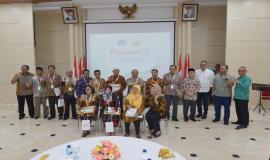 Plt. Sekretaris Jenderal Kemkominfo Ismail dan para Pejabat Eselon I Kemkominfo foto bersama para pegawai yang memasuki masa purnabakti per 1 Januari 2019 (28/12).