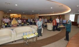 Seluruh Pejabat Ditjen SDPPI, peserta dan undangan menyanyikan Lagu Kebangsaan Indonesia Raya dalam kegiatan Capacity Building Training IoT (29/1).
