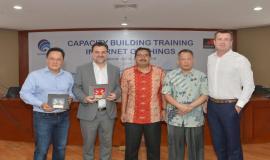 Dirjen SDPPI Ismail dan Direktur Standardisasi PPI Mochamad Hadiyana foto bersama perwakilan GSMA setelah memberikan cenderamata dalam kegiatan Capacity Building Training IoT (29/1).