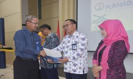 Penyerahan Tunjangan Hari Tua dan uang pensiun oleh Kepala Kantor Cabang Utama Jakarta PT Taspen Heri Sukmara pada acara Pelepasan Purnabakti Kominfo (28/2).