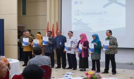 Para Purnabakti foto bersama dengan Kepala Kantor Cabang Utama Jakarta PT Taspen Heri Sukmara pada acara Pelepasan Purnabakti Kominfo (28/2).