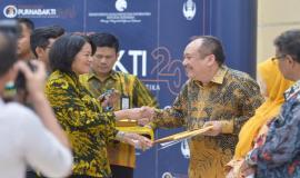 Penyerahan piagam penghargaan kepada para purnabakti oleh Sekretaris Jenderal Kemkominfo Rosarita Niken Widiastuti pada acara Pelepasan Purnabakti Kominfo (28/2).