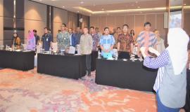 Petugas Drijen bersama Peerta Undangan Workshop Penguatan  Kompetensi Penilaian Kesesuaian Alat Perangkat Telekomunikasi berdiri menyanyikan lagu Indonesia Raya 6/3 2019