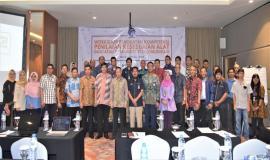 Foto Bersama Direktur Standardisasi (Moch,Hadiyana) tengah, bersama Peserta Workshop Penguatan Kompetensi Penilaian Kesesuaian Alat Perangkat Telekomunikasi 6/3 2019