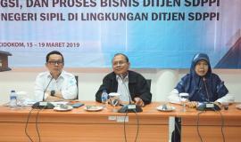 Plt Direktur Pengendalian SDPPI (Nurhaedah) samping (kiri) menyampaikan Paparannya kepada Calon Pegawai Negeri Sipil (Cpns) Ditjen SDPPI Kemkominfo terkait dengan Sosialisasi Tugas,Fungsi dan Proses Bisnis Ditjen SDPPI 18/3  2019