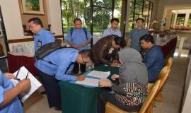 Para undangan melakukan registrasi pada kegiatan Sosialisasi SPIP di Solo (27/3).