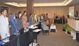 Petugas Drijen bersama Peserta undangan Rapat Monitoring dan Evaluasi Isian Capaian Realisasi Anggaran dan Fisik secara online pada Aplikasi Smart DJA dan E-Monev Bappenas Berdiri menyanyikan lagu Indonesia Raya 11/4  2019