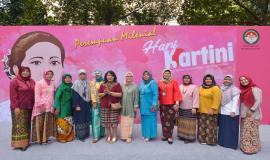 Peserta kegiatan Peringatan Hari Kartini di lingkungan Kemkominfo termasuk Plt. Direktur Pengendalian SDPPI Nurhaedah (keempat dari kiri) di Jakarta (22/4).