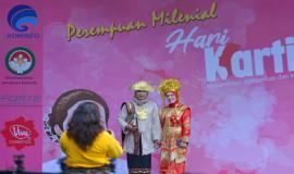 Peserta kegiatan Peringatan Hari Kartini di lingkungan Kemkominfo yang berasal dari Ditjen SDPPI sedang melakukan sesi foto di Jakarta (22/4).