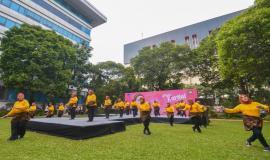 Pertunjukan Flashmob oleh Dharma Wanita Persatuan Kemkominfo yang mengawali pembukaan kegiatan Peringatan Hari Kartini di lingkungan Kemkominfo, Jakarta (22/4).