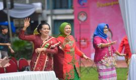 Sekjen Kemkominfo Rosarita Niken Widiastuti dan Penasihat Dharma Wanita Persatuan Kemkoinfo Triana Rudiantara ikut bersuka ria menghadiri pembukaan kegiatan Peringatan Hari Kartini di lingkungan Kemkominfo, Jakarta (22/4).