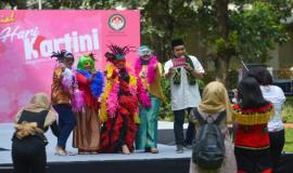 Miss Lambe Hoax (kiri) foto bersama para peserta Be Miss Lambe Hoax dan MC pada kegiatan Peringatan Hari Kartini di lingkungan Kemkominfo, Jakarta (22/4).