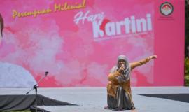 Perwakilan dari Ditjen SDPPI dalam lomba Stand Up Comedy pada kegiatan Peringatan Hari Kartini di lingkungan Kemkominfo, Jakarta (22/4).