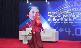 Perwakilan dari Ditjen SDPPI dalam lomba Tata Rias pada kegiatan Peringatan Hari Kartini di lingkungan Kemkominfo, Jakarta (22/4).