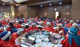 Situasi saat berlangsungnya Beauty Class yang diikuti seluruh satuan kerja Kemkominfo pada kegiatan Peringatan Hari Kartini di lingkungan Kemkominfo, Jakarta (24/4).