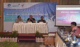 Kasubdit Penataan Alokasi Spektrum Dinas Tetap dan Bergerak Darat Direktorat Penataan Sumber Daya (Aryo Pamoragung) memaparkan materi terkait dengan Spektrum Frekuensi  26/4 2019