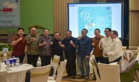 Direktur Standardisasi PPI Mochamad Hadiyana (tengah) foto bersama undangan pada kegiatan Indonesia Telecommunication Type Approval (ITTA) Expo 2019 di Semarang (30/4).