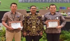 Penyerahan sertifikat penetapan mitra balai uji dalam negeri secara simbolis oleh Dirjen SDPPI Ismail (tengah) pada kegiatan Indonesia Telecommunication Type Approval (ITTA) Expo 2019 di Semarang (30/4).
