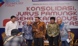 Moderator dan seluruh narasumber berfoto bersama pada acara Talkshow dan Seminar Indonesia Technology Forum di Jakarta, Rabu (2/5).