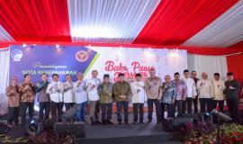 Menkominfo Rudiantara foto bersama para Pejabat Eselon I di lingkungan Kemkominfo dan para undangan VIP pada acara acara Buka Puasa bersama Keluarga Besar dan Mitra Kerja Kemkominfo di Jakarta (8/4).