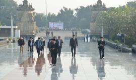 Para Pejabat Eselon I dan Eselon II di lingkungan Kemkominfo memasuki kawasan Taman Makam Pahlawan Kalibata di Jakarta pada acara Tebar Bunga  dalam rangka peringatan Hari Kebangkitan Nasional ke-111 (17/5).
