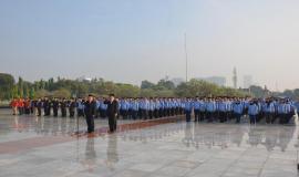 Inspektur Jenderal Kemkominfo Doddy Setiadi memimpin upacara pada acara Tebar Bunga dalam rangka peringatan Hari Kebangkitan Nasional ke-111 di Taman Makam Pahlawan Kalibata, Jakarta (17/5).