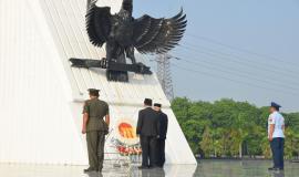 Peletakan karangan bunga dari Kemkominfo pada acara Tebar Bunga dalam rangka peringatan Hari Kebangkitan Nasional ke-111 di Taman Makam Pahlawan Kalibata, Jakarta (17/5).