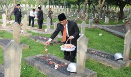 Sesditjen SDPPI Susanto menabur bunga di Taman Makam Pahlawan Kalibata, Jakarta pada acara Tebar Bunga dalam rangka peringatan Hari Kebangkitan Nasional ke-111 di lingkungan Kemkominfo (17/5).