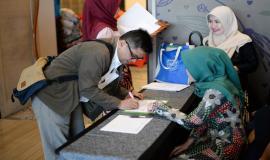 Peserta melakukan registrasi dalam kegiatan Temu Mitra Pelayanan Perizinan SFR dan SOR di Banten (21/5).