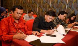 Peserta acara mengisi survey persepsi korupsi dan kualitas pelayanan Direktorat Operasi Sumber Daya dalam kegiatan Temu Mitra Pelayanan Perizinan SFR dan SOR di Banten (21/5).