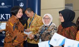 Penyerahan piagam penghargaan kepada para purnabakti oleh Sekretaris Jenderal Kemkominfo Rosarita Niken Widiastuti pada acara Pelepasan Purnabakti Kominfo di Jakarta (24/5).
