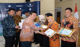 Penyerahan cendera mata kepada para purnabhakti oleh Sekretaris Ditjen Aplikasi Informatika Sadjan pada acara Pelepasan Purnabakti Kominfo di Jakarta (24/5).