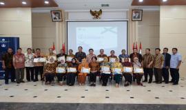 Sekretaris Jenderal Kemkominfo Rosarita Niken Widiastuti dan para Pejabat Eselon I serta II di lingkungan Kemkominfo foto bersama para pegawai yang memasuki masa purnabakti per 1 Juni 2019 di Jakarta (24/5).