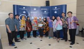 Haryati, salah satu purnabhakti periode bulan Mei berfoto bersama rekan kerjanya di Direktorat Operasi Sumber Daya pada acara Pelepasan Purnabakti Kominfo di Jakarta (24/5).