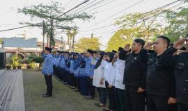 Penghormatan seluruh peserta upacara kepada Pembina Upacara pada Upacara Peringatan Hari Kelahiran Pancasila di halaman kantor Balai Monitor Spektrum Frekuensi Radio Kelas I Bandung, Jawa Barat, Sabtu (1/6).