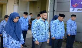 Seluruh peserta upacara termasuk Plt. Direktur Pengendalian SDPPI Nurhaedah menundukkan kepala sebagai penghormatan kepada pahlawan-pahlawan yang telah gugur pada Upacara Peringatan Hari Kelahiran Pancasila di halaman kantor Balai Monitor Spektrum Frekuensi Radio Kelas I Bandung, Jawa Barat, Sabtu (1/6).