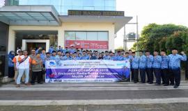 Dirjen SDPPI Ismail foto bersama peserta upacara Peringatan Hari Kelahiran Pancasila dan Pelepasan Posko Monitoring SFR Lebaran 2019 di halaman kantor Balai Monitor Spektrum Frekuensi Radio Kelas I Bandung, Jawa Barat, Sabtu (1/6).