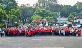Foto bersama seluruh peserta acara Halalbihalal Ditjen SDPPI di Lapangan Parkir Gedung Sapta Pesona, Jakarta (11/6).