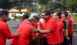 Dirjen SDPPI Ismail dan para pejabat eselon II bersalaman dengan seluruh pegawai dilingkungan Ditjen SDPPI pada acara Halalbihalal di Lapangan Parkir Gedung Sapta Pesona, Jakarta (11/6).