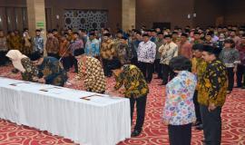 Perwakilan pejabat menandatangani Berita Acara Pelantikan yang disaksikan oleh Sekjen Kemkominfo Rosarita Niken Widiastuti dan Dirjen SDPPI Ismail sebagai saksi pada acara pelantikan pejabat di lingkungan Kemkominfo di Jakarta (19/6).