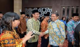 Menkominfo Rudiantara bersalaman dengan semua pejabat yang dilantik pada acara pelantikan pejabat di lingkungan Kemkominfo di Jakarta (19/6).